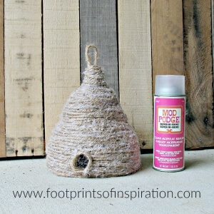 This easy DIY spring beehive is so cute! It'll look perfect with my spring decor.